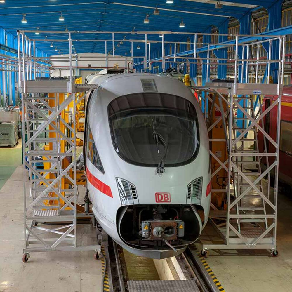 Fahrbare höhenverstellbare Arbeitsbühne zur Wartung von Zügen