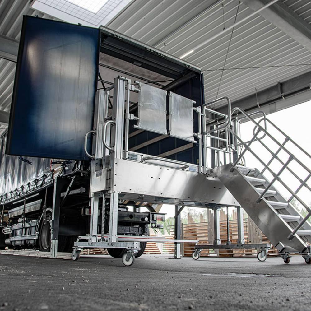 Fahrbare Plattformtreppe mit akkubetriebener Höhenverstellung