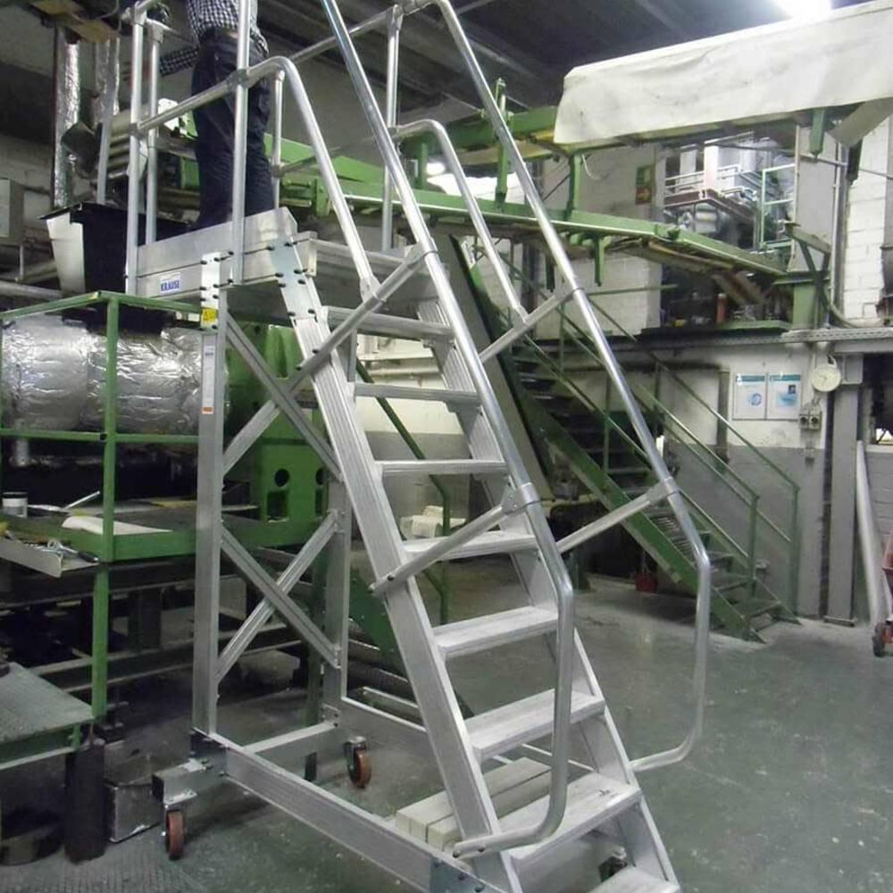 Maschinenwartung mit einer fahrbaren Plattformtreppe