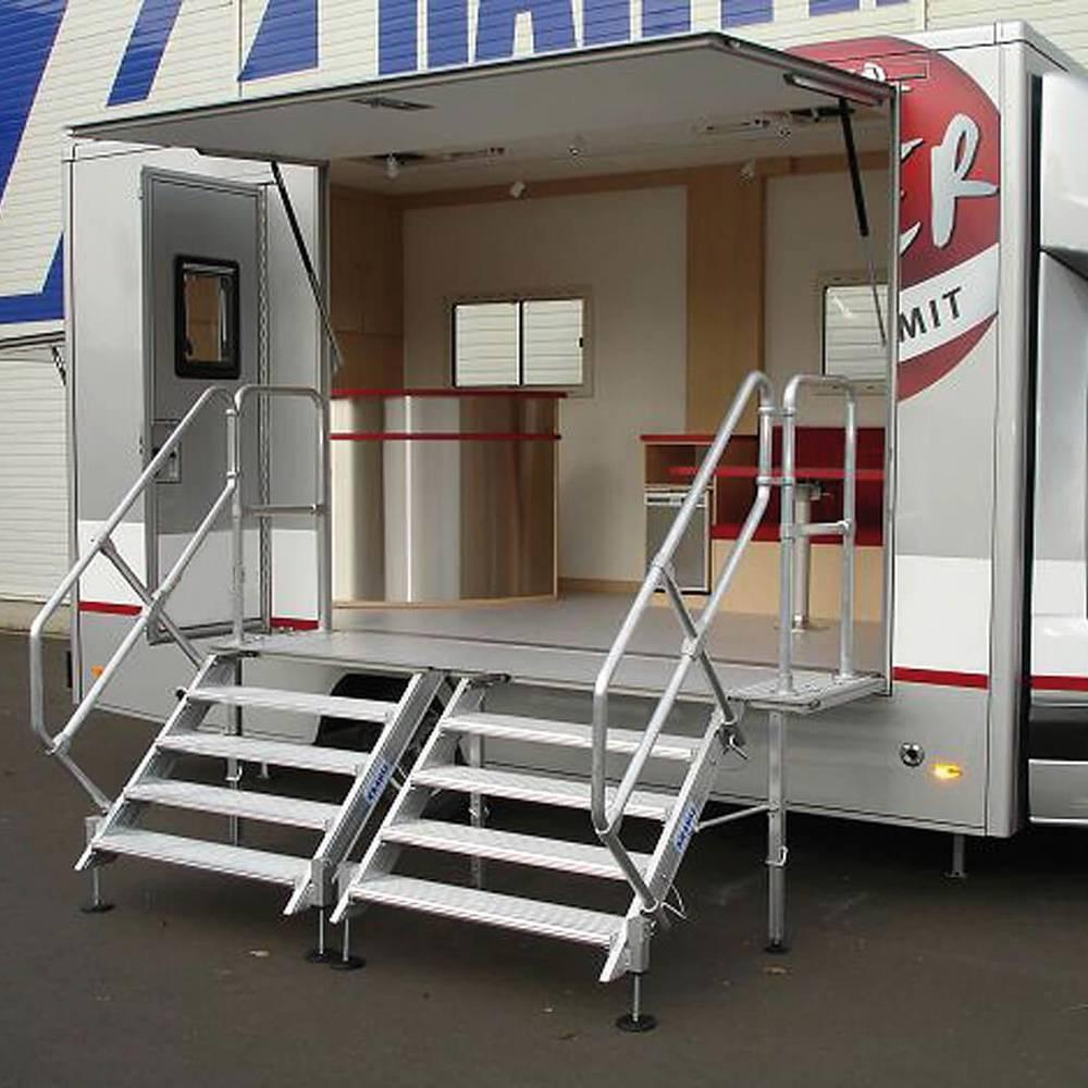 Treppe mit entnehmbaren Geländern als Roadshow-Truck-Zugang
