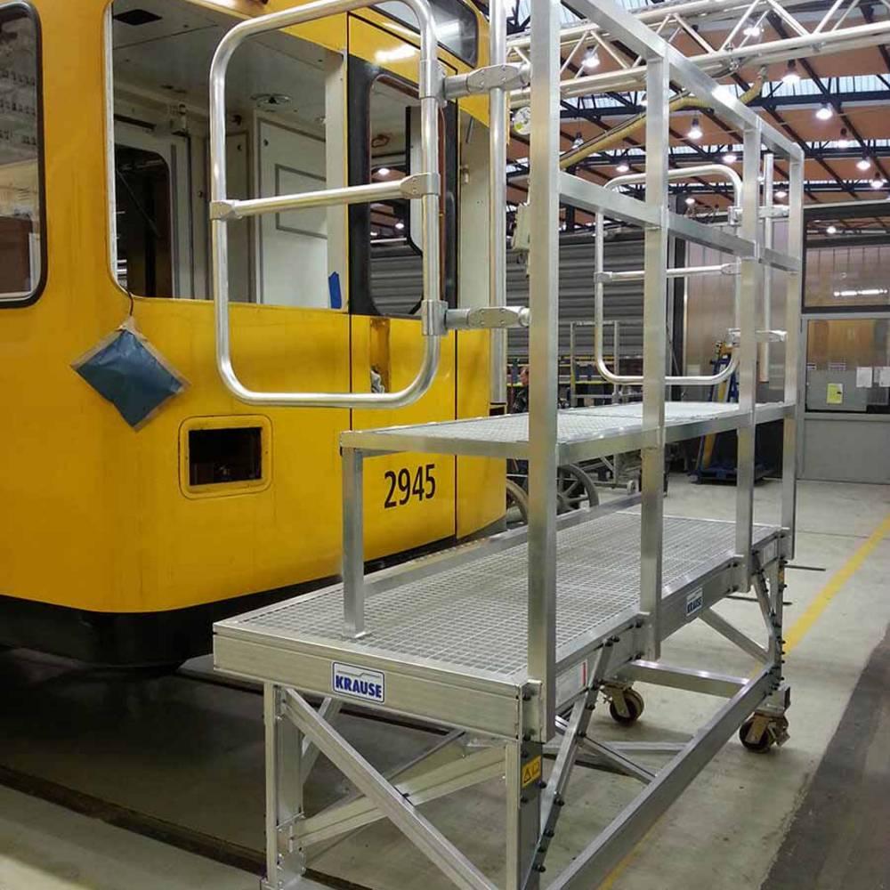 Fahrbare Frontarbeitsbühne mit Ablagefläche zur Wartung von U-Bahn-Zügen