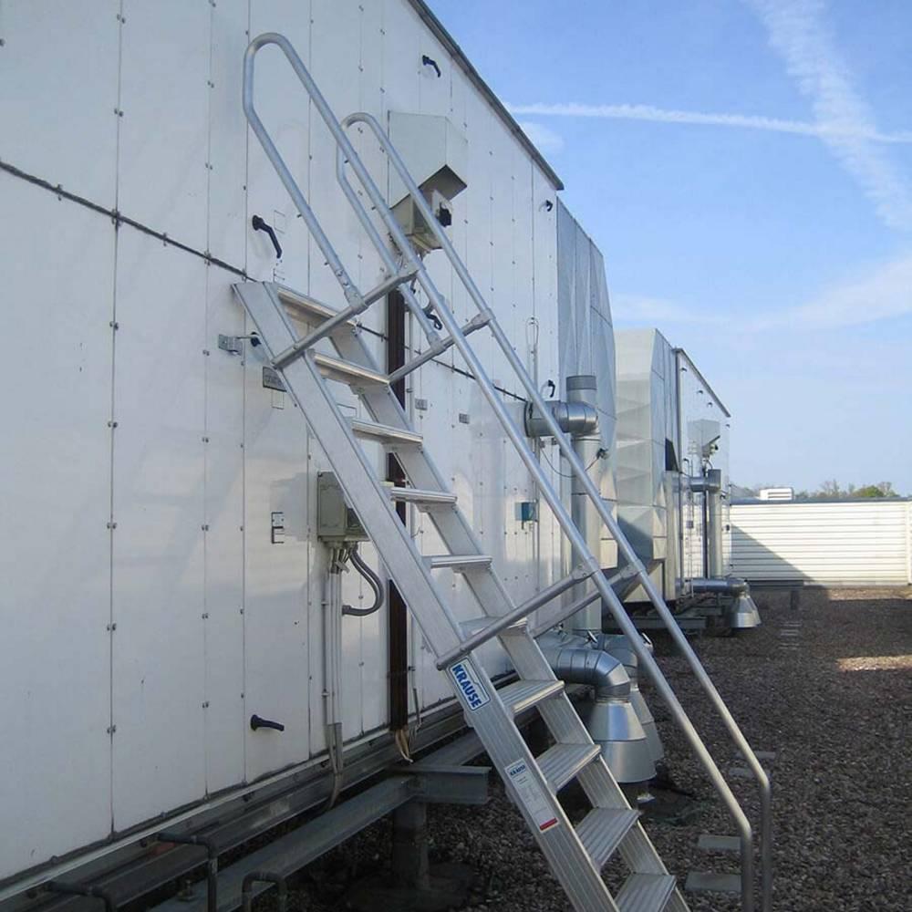 Versetzbare Treppe als Zugang zur Klimaanlagen-Wartung.