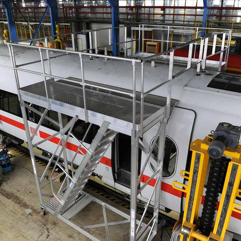 Zwei fahrbare höhenverstellbare Arbeitsbühnen, über Geländer zusammengefügt