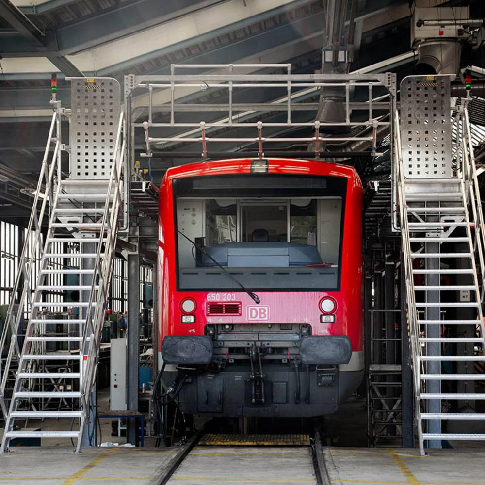 Frontalansicht des Dacharbeitsstandes mit beidseitigem Treppenaufgang und Sicherheitstüren