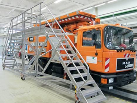Fahrbare oder stationäre Plattformtreppen aus Aluminium finden Anwendung in vielen Branchen