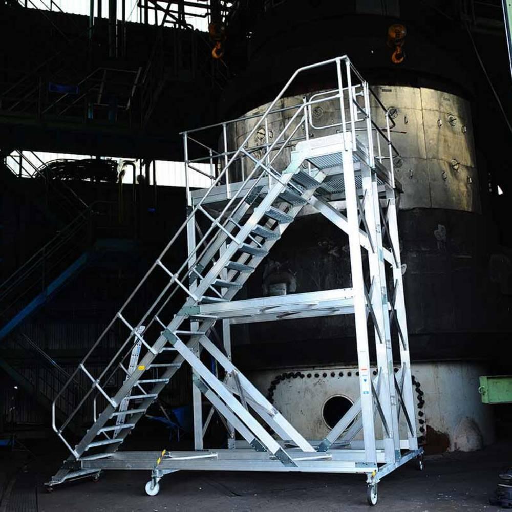 Fahrbare Plattformtreppe mit individuell anpassbarer Stufenbreite zur Maschinenwartung