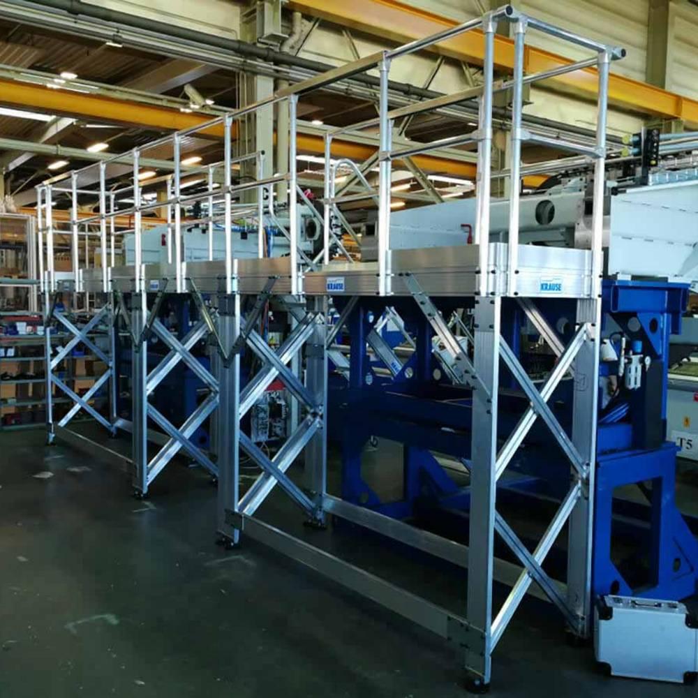 Stationäre an eine Maschine angepasste Arbeitsbühne. Wenn unsere normalen Produkte nicht mehr ausreichen