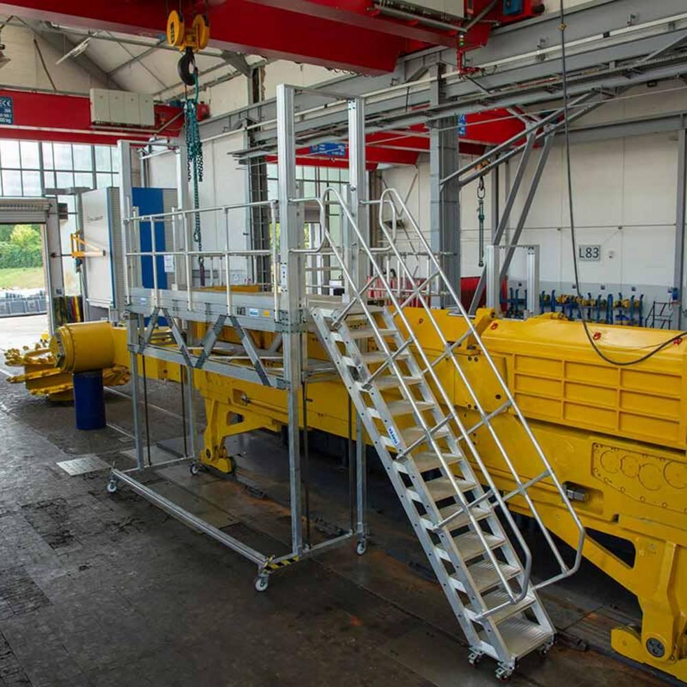 Fahrbare höhenverstellbare Arbeitsbühne zur Wartung von Maschinen