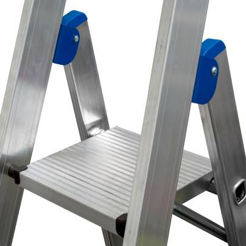 Stufen-Stehleiter, fahrbar-  Alu-Sicherheitsplattform aus Pressprofil mit rutschhemmender Profilierung und beidseitigem Plattformheber