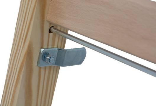 Sprossen-Doppelleiter Holz - Sicherungslaschen sorgen für einen sicheren Transport
