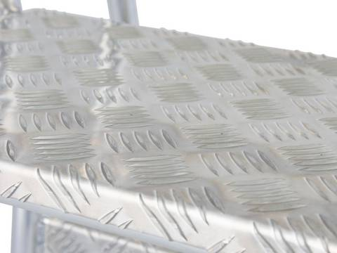 Mobiler Montagetritt - 240 mm tiefe Stufen aus Aluminium-Riffelblech gewährleisten einen sicheren Auf- und Abstieg