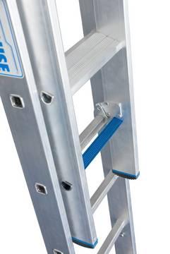 Schiebeleiter +S. Durch die neue, innovative Stufen-/Sprossen-Kombination in einer Leiter kann diese als Verkehrsweg und als Arbeitsplatz verwendet werden.