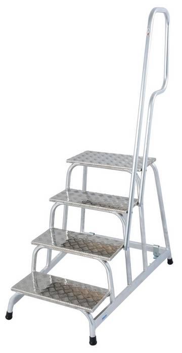 Der verfahrbare und leichte Aluminium-Montagetritt für anspruchsvolle industrielle Anwendungen mit rutschhemmenden Stufen und Aufstiegsbügel.