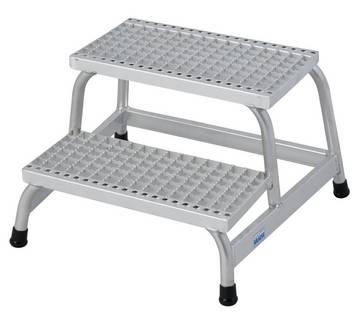 Der robuste und bewährte Aluminium-Montagetritt mit tiefen, rutschhemmenden Gitterroststufen und großer Plattform eignet sich hervorragend für alle feuchten und öligen Arbeitsumgebungen.