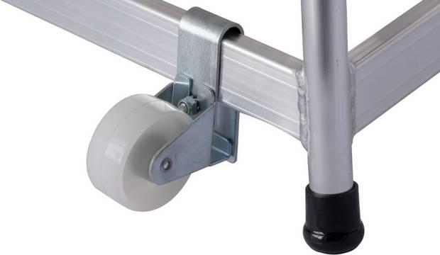 Mobiler Montagetritt - Zwei integrierte Fahrrollen ermöglichen zusammen mit dem Aufstiegsbügel den sicheren und bequemen Transport
