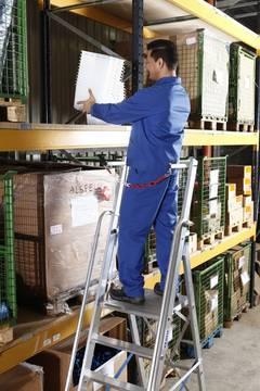 Anwendungsbeispiel Stufen-Stehleiter mit großer Plattform und Sicherheitsbügel