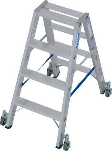 Robuste Stufen-Doppelleiter für professionelle Einsatzzwecke. Ausgestattet mit Fahrrollen für schnelleres und leichteres Verfahren der Leiter.