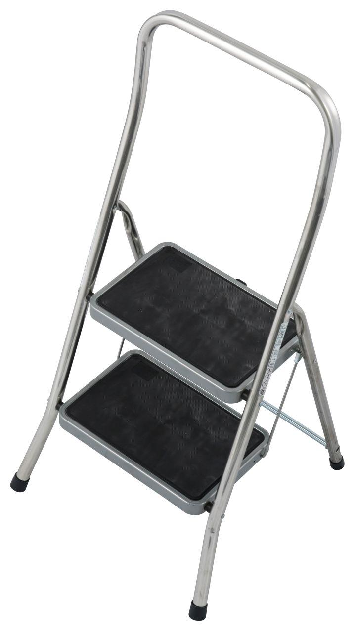 Klapptritt Toppy XL. Der Aluminium-Tritt mit großen gummierten Stufen für sicheren Auf- und Abstieg lässt sich platzsparend verstauen und eignet sich für die unterschiedlichsten Tätigkeiten im Innenbereich