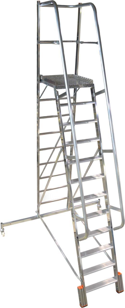 Podestleiter Vario kompakt. Einseitig begehbare Aluminium Podestleiter mit geringer Grundfläche, Auswahlmöglichkeit zwischen Traverse und Ballastierung für die Anwendung in schmalen Regalgängen